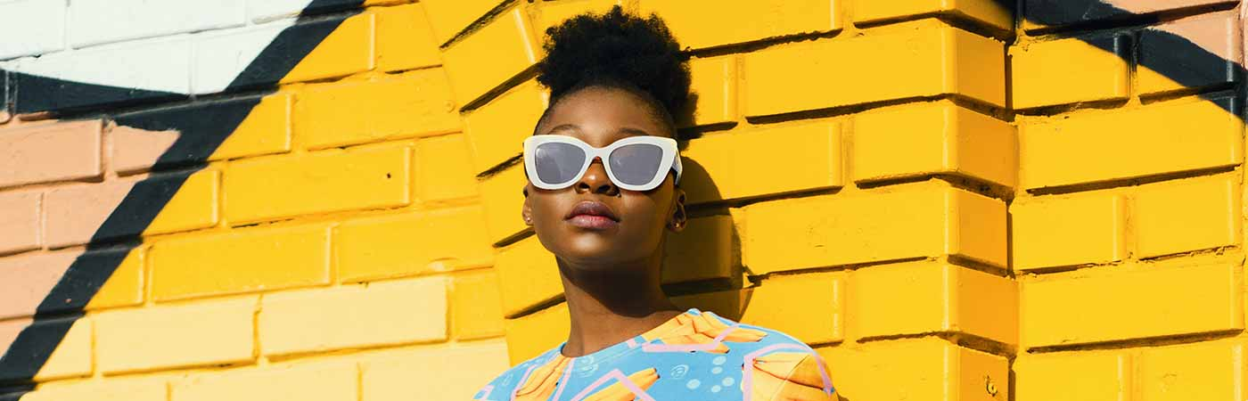 beyaz güneş gözlüklü stil sahibi kadın